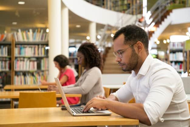 Alunos na biblioteca da universidade
