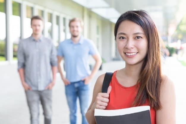 Estudante sorrindo no ambiente estudantil