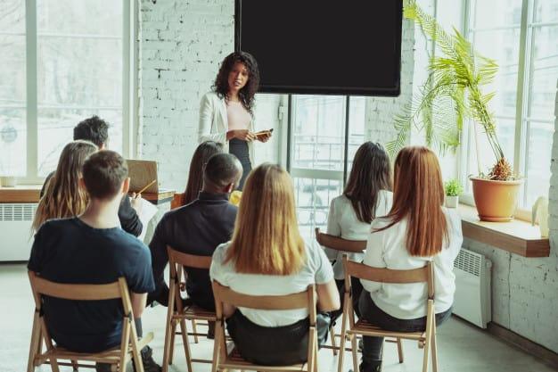 Professora dando aula para alunos do intercâmbio