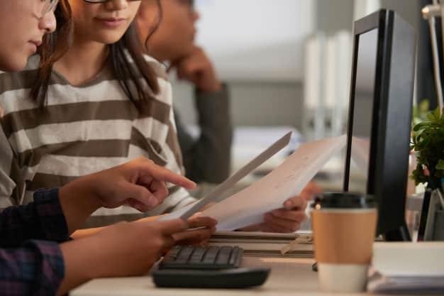 Estudantes de intercâmbio utilizando  o laboratório de informática