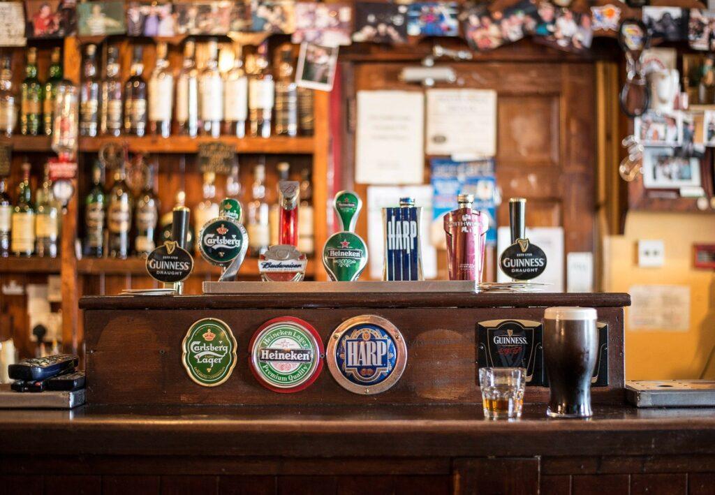 Pub irlandês com suas cervejas