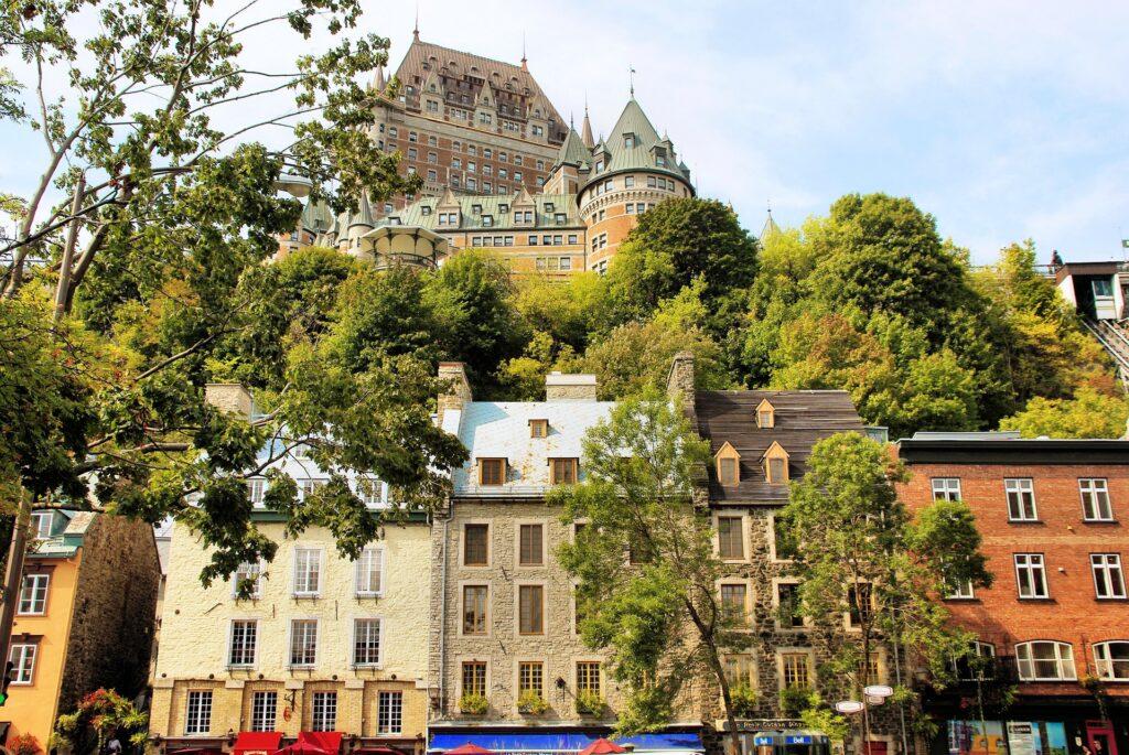 Château Frontenac em Quebec e rua da cidade