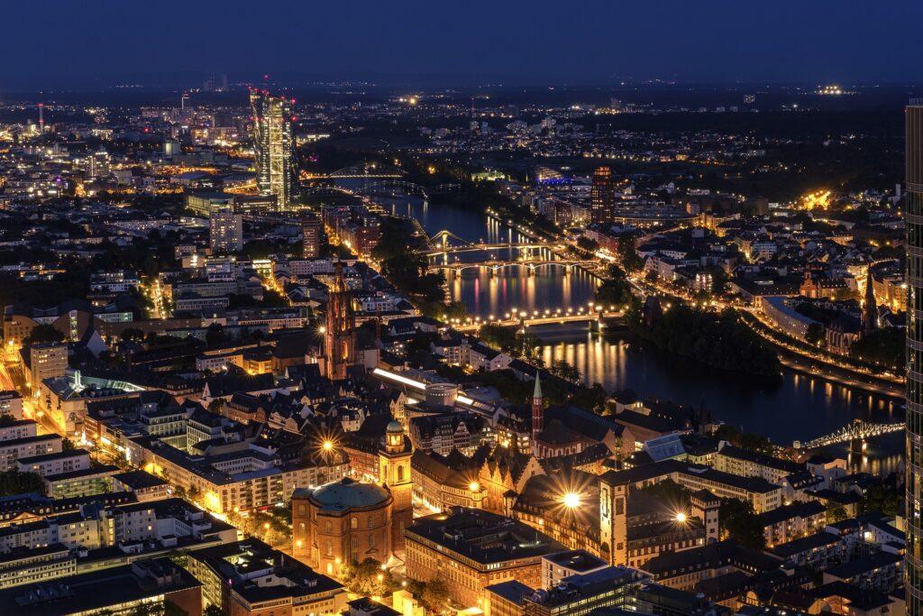 Cidade de Frankfurt com luzes acesas