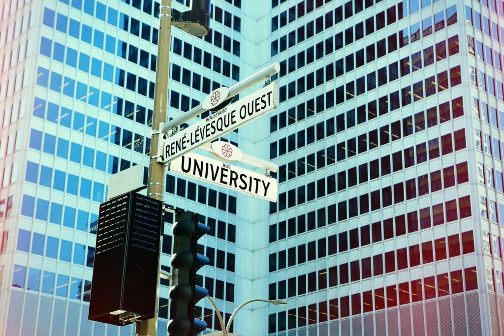Placa indicando o caminho de uma universidade