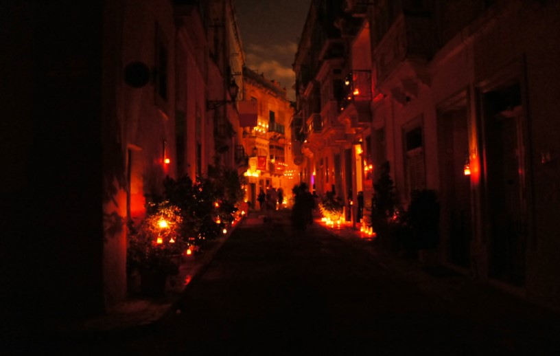 Ruas iluminadas por velas em Malta
