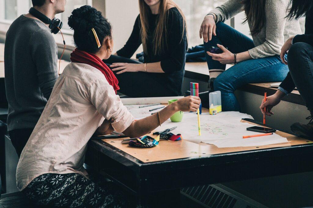 Grupo de alunos reunidos em sala de aula