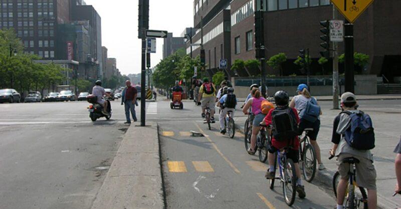 Pessoas andando de bicleta em ciclovia de Montreal