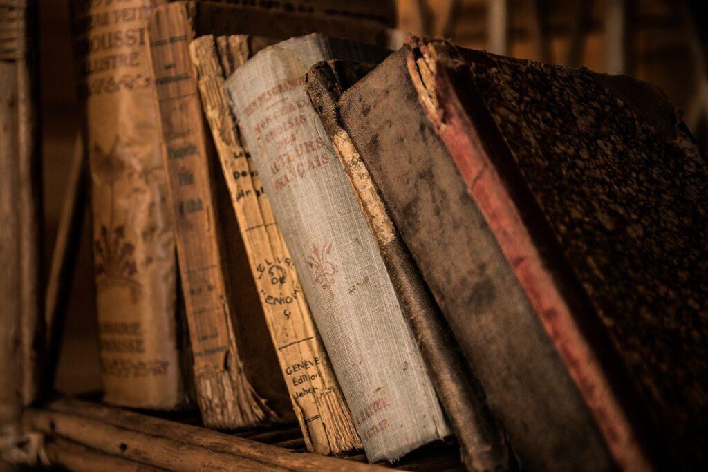 Livros antigos em uma estante