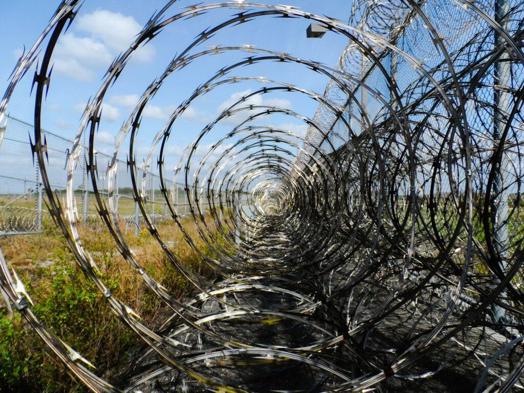 Foto de arame farpado em uma prisão