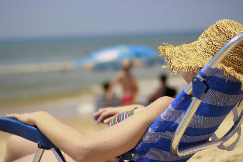 Mulher dormindo na praia