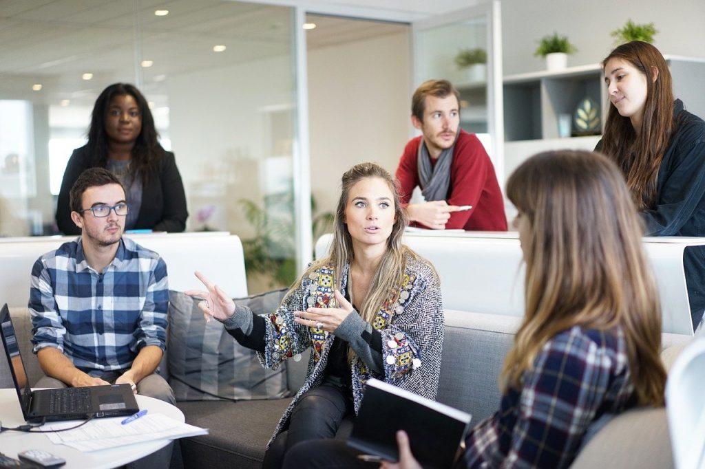 Pessoas conversando no ambiente de trabalho